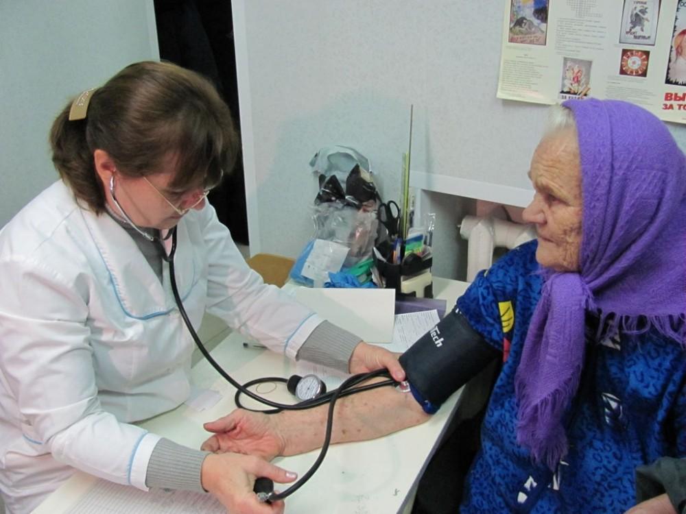 Не менее 50 врачей ежегодно будут устраиваться на работу в сельские больницы по программе «Земский доктор»