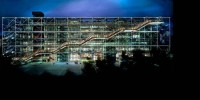 Центр Помпиду в Париже стал отправной точкой нового направления в архитектуре, разновидности хай-тек, где четко определена и показана техническая инфраструктура здания. Все коммуникации, инженерия и вообще вся инфраструктура – лестницы, лифты, эскалаторы, трубы – у него вынесены на фасад. В 2006 году проект был удостоен премии Stirling Prize.