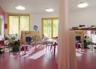 Основной зал детского садика Tellus Nursery School достаточно просторный, чтобы вместить шесть детских групп