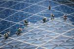 """""""Эта фотография, сделанная в Абу Даби, служит примером необходимого взаимодействия между людьми и зданиями. Без людей, моющих гигантские стеклянные окна башни, здание выглядело бы весьма неприглядно"""". Фото: Volker Sander, Абу-Даби."""