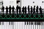 """""""Люди ждали начала уличного фестиваля Senhora da Agonia, одного из крупнейших в Португалии. С улицы я увидел эти прекрасные гармоничные силуэты: мост, зеленые кресты и здание на заднем плане"""". Фото: Jose Pessoa Neto, Португалия."""